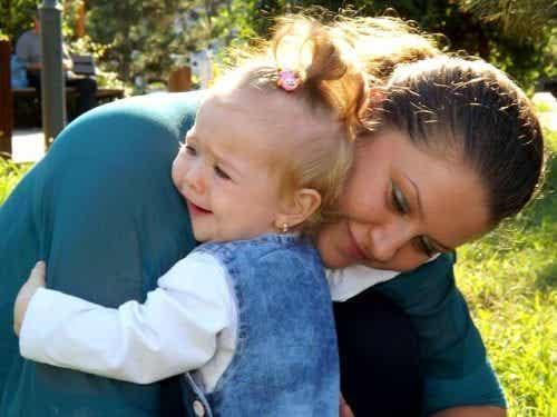 Hvorfor vi ikke bør lade babyer græde