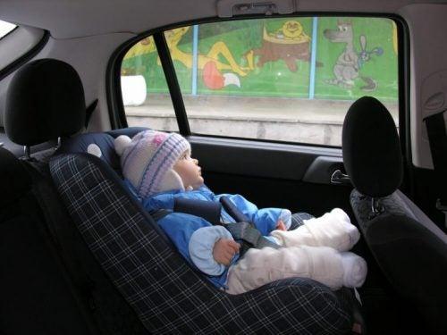 Hvorfor bør dit barn ikke køre i bilen med deres jakke på?