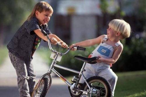 Lær dit barn hvordan de skal reagere hvis andre børn slår dem