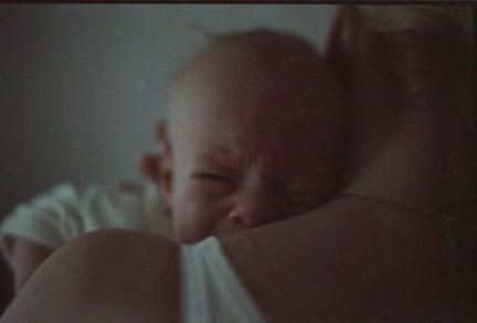 baby-græder-på-skulder. 5 tricks til at berolige din babys gråd
