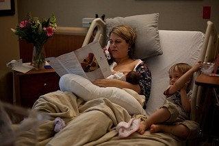 kvinde der har gennemgået en naturlig fødsel på hospitalet