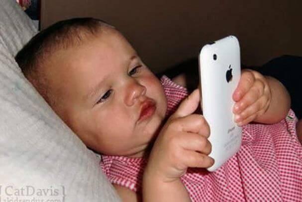 Hvordan påvirker iPads og smartphones børn under 2 års alderen?