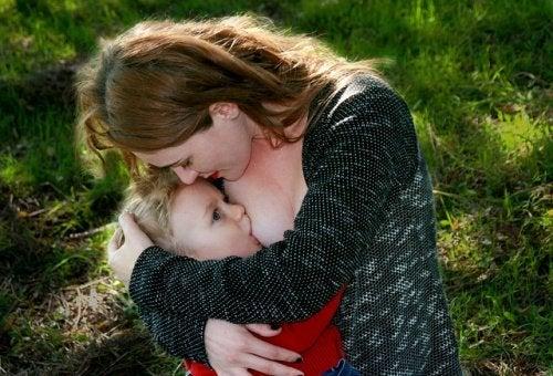mor igang med amning af sit barn