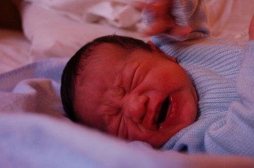 5 tricks til at berolige din babys gråd