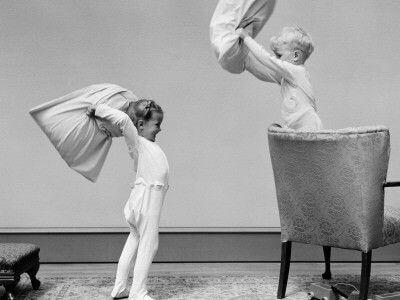 2 børn slår hinanden med puder
