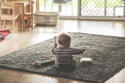 Hvorfor kan babyer lide at smide alt på gulvet?