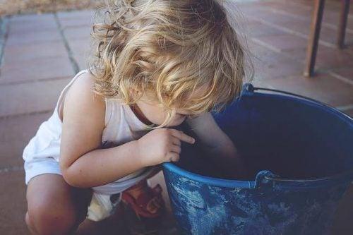 et barn leger og skal til at smide alt på gulvet