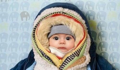 baby pakket ind i tøj
