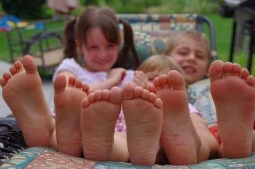 Barfodet Barn: Fordele Ved At Lade Dem Gå Rundt Uden Sko