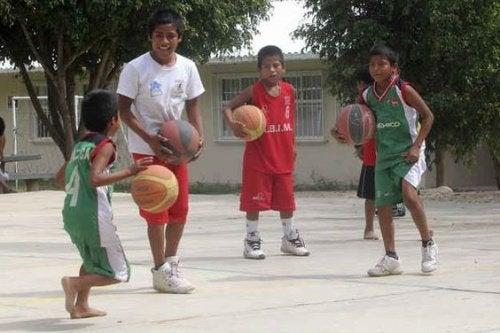 barfodet børn spiller basket
