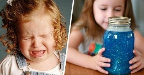 pige græder og pige med beroligende krukke