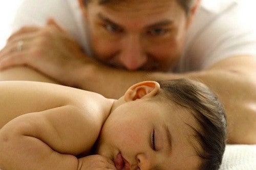 far kigger på baby