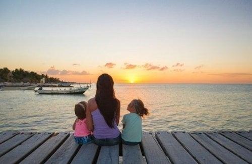 mor og børn på ferie