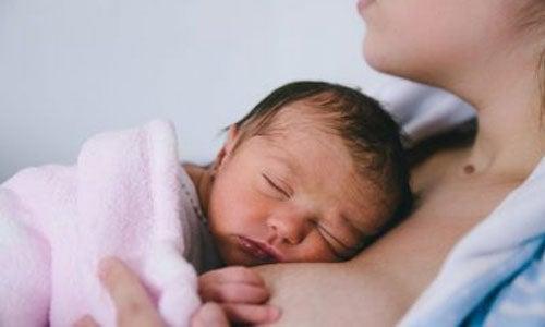 Pårørende: Lad være med at holde en nyfødt baby før moderen