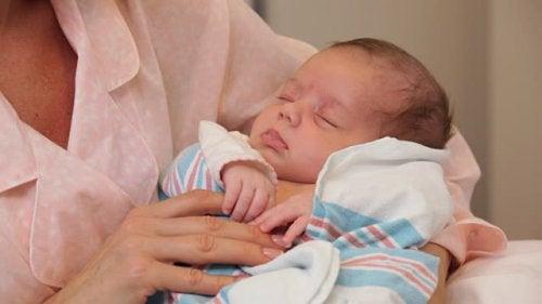 holde en nyfødt baby