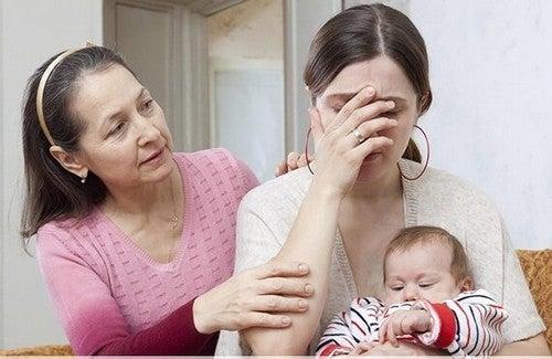 mor med baby bliver trøstet af ven
