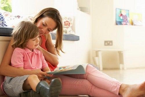 mor læser sammen med barn