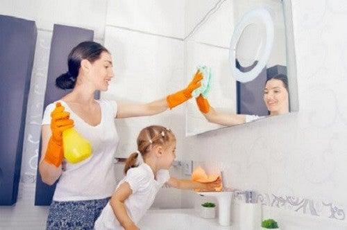 mor og datter gør rent