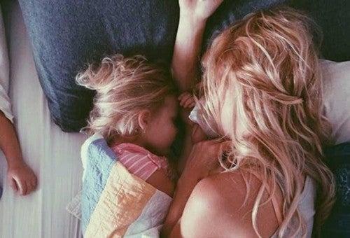 mor og datter sover