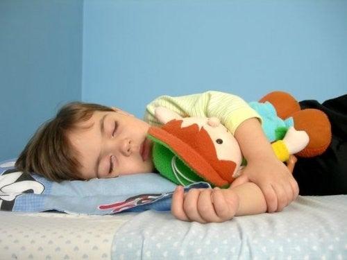 sovende dreng med sene sengetider