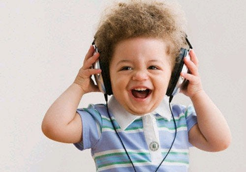 få din baby til at grine med musik