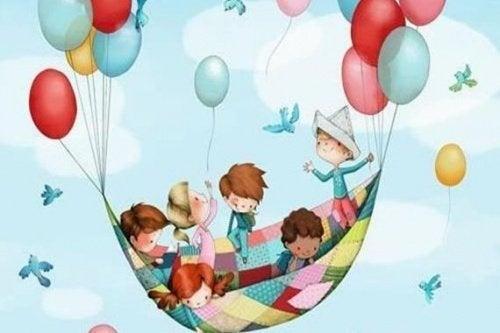 Børn leger med balloner. uregerligt, rastløst og støjende