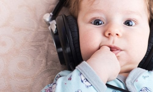 baby lytter til musik