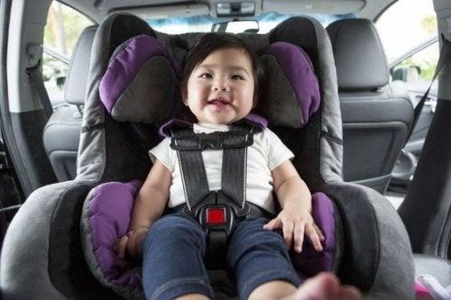 Lille pige i autostol