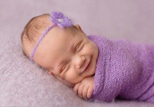 smilende og glad baby