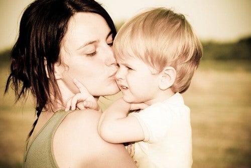 barn får kys af mor