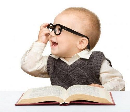 barn med briller læser en bog
