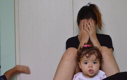 grædende mor med barn