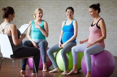 gravide kvinder der sidder på træningsbolde