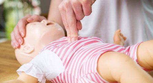 Hvordan udføres hjertelungeredning på en baby