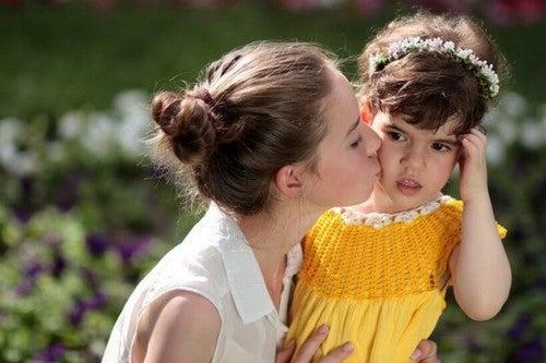 mor giver barn kys
