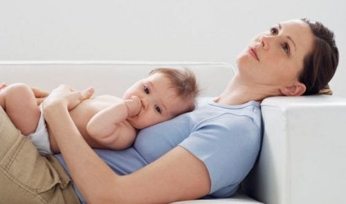 Lidt afslapning på sofaen er en luksus efter mange søvnløse nætter