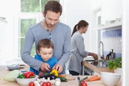 Hele familien nyder at arbejde som et team i køkkenet