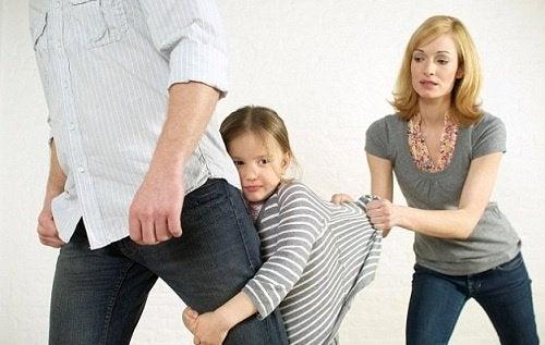 Pige klamrer sig til fars ben. undgå offentlige raserianfald
