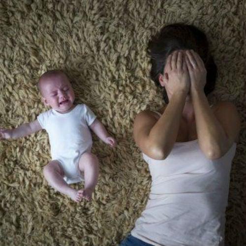 Mor og baby ligger ned