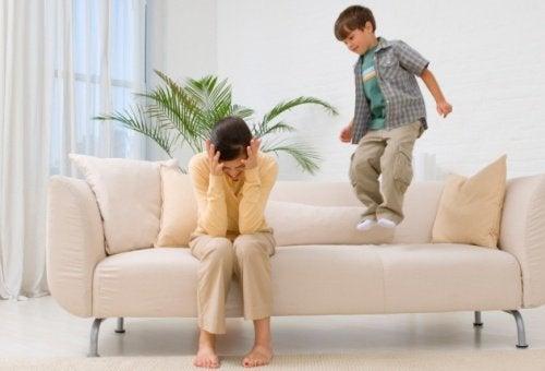 Mor bliver stresset, mens barnet opfører sig uartigt