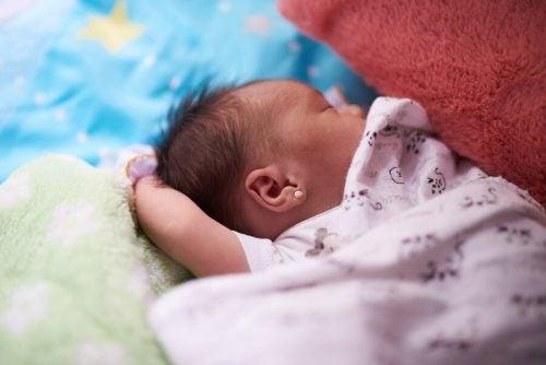 Alt du behøver at vide om øreringe til babyer