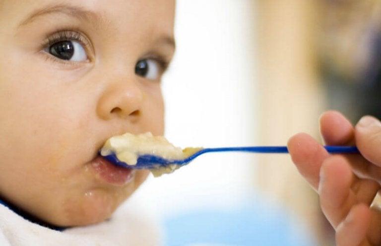 Baby spiser pære puré