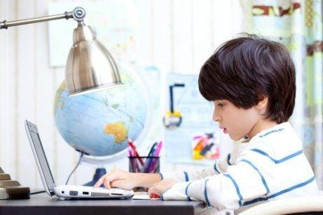 Dreng lærer ved computeren