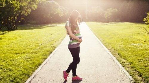 Gravid kvinde udenfor