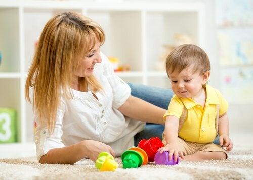 Mor og søn leger