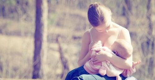 mor ammer hendes nyfødte baby