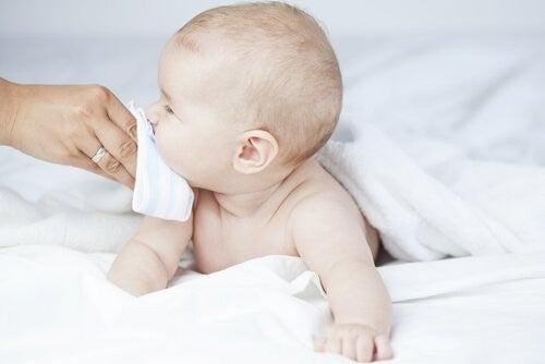 baby får pudset næse