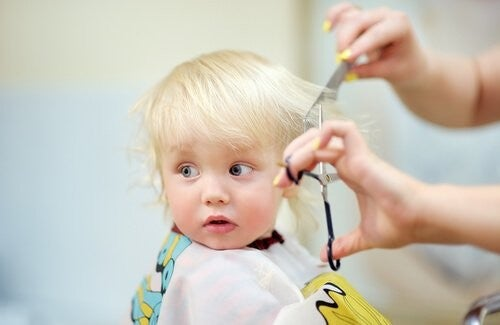 baby får klippet hår