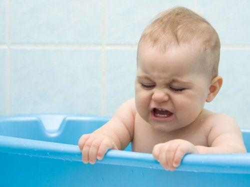 baby græder i badet