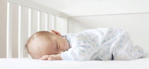 baby sover ved at bruge Ferber metoden